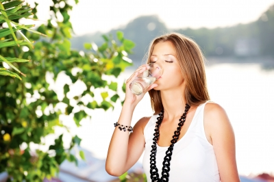 【美容水】海外セレブたちが「フィジーウォーター」を愛飲する理由