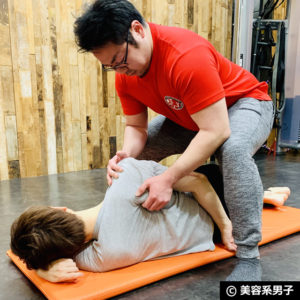【肩甲骨はがし】ペアで行う「肩こり解消」ストレッチ&マッサージ02